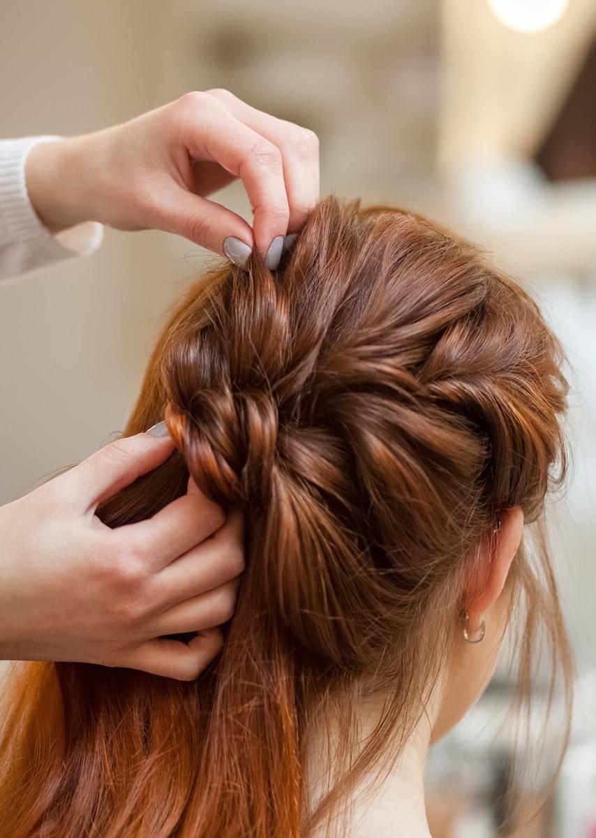 Friseur steckt Nadeln in Frisur